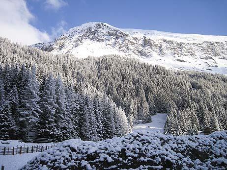 frisch verschneite tuxer bergwelt